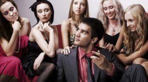 rede-social-pinterest-mulheres-acessando